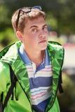 Forme al muchacho adolescente en una sudadera con capucha en la calle de la ciudad Imagen de archivo libre de regalías