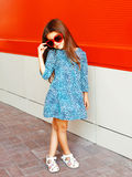 Forme al niño hermoso de la niña que lleva un vestido del leopardo Fotos de archivo