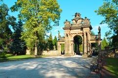 Forme arcos en la entrada al cementerio - Horice fotos de archivo