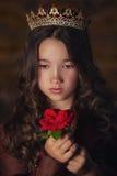 Forme a beleza a menina modelo que veste os vidros à moda completos das pétalas cor-de-rosa Composição e penteado creativos imagens de stock