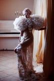 Forme a belleza Girl modelo en las rosas blancas, interior magnífico Novia Creativos perfectos componen y peinado Imagen de archivo libre de regalías