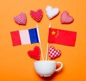 Forme bianche del cuore e della tazza con le bandiere della Cina e della Francia Fotografia Stock Libera da Diritti