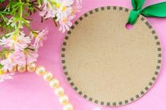 Forme brune vide de cercle d'étiquette et ruban vert avec la fleur Photos stock