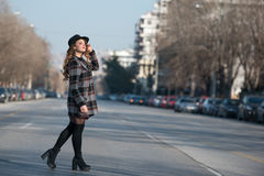 Forme caminar adolescente en perfil en el medio de la carretera Foto de archivo