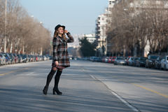 Forme caminar adolescente en perfil en el medio de la carretera Imagenes de archivo