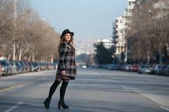 Forme caminar adolescente en perfil en el medio de la carretera Fotos de archivo