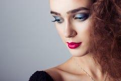 Forme a captura la muchacha brillante hermosa con maquillaje brillante, primer del retrato imágenes de archivo libres de regalías