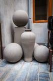Forme ceramiche non finite della sfera e del vaso nell'officina delle terraglie Fotografia Stock