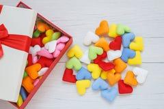 Forme colorée de coeur dans le boîte-cadeau avec le ruban sur le pla en bois blanc Image libre de droits