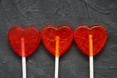 Forme colorée de coeur de lucettes sur le fond foncé Vue supérieure Concept de jour du ` s d'amour et de Valentine Image libre de droits