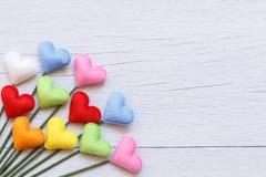 Forme colorée de coeur sur le fond en bois blanc de planche Pour l'amour Images stock