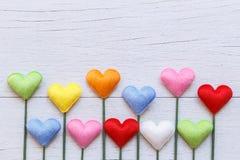 Forme colorée de coeur sur le fond en bois blanc de planche Pour l'amour Image libre de droits