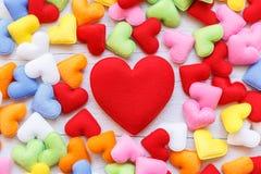 Forme colorée de coeur sur le fond en bois blanc de planche Pour l'amour Photographie stock libre de droits