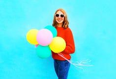 Forme a controles bonitos de la mujer de las risas los balones de un aire coloridos Fotografía de archivo libre de regalías
