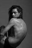 Forme a corpo de nude da fotografia o modelo do homem novo cabelo longo molhado Foto de Stock Royalty Free