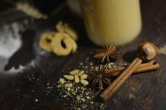 Forme d'étoile d'anis avec du jus de poire Photo libre de droits