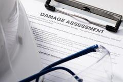 Forme d'évaluation des dommages sur le presse-papiers photographie stock