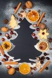 Forme d'arbre de Noël faite à partir du sucre glace sur le fond foncé avec des écrous, des canneberges, l'anis d'étoile, des pign photographie stock