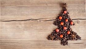 Forme d'arbre de Noël faite de grains de café sur la table en bois Images stock