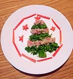 Forme d'arbre de Noël faite de saucisse et brocoli de Œham de ¼ de Potatoï photo libre de droits