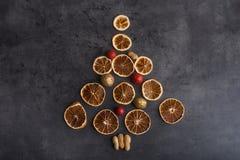 Forme d'arbre de Noël sur la table texturisée images stock