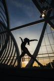Forme d'une femme dansant le ballet classique sur le pont Image libre de droits