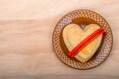 Forme de biscuits de coeur avec le ruban rouge Image libre de droits