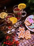 Forme de biscuits de pain d'épice de Noël des étoiles et des tasses de thé Images libres de droits