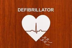 Forme de coeur avec l'échocardiogramme et le texte de DÉFIBRILLATEUR Concept de cardiologie Photos stock