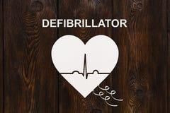 Forme de coeur avec l'échocardiogramme et le texte de DÉFIBRILLATEUR Concept de cardiologie Images libres de droits