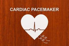 Forme de coeur avec l'échocardiogramme et le texte de STIMULATEUR CARDIAQUE Concept de cardiologie Images libres de droits