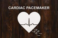 Forme de coeur avec l'échocardiogramme et le texte de STIMULATEUR CARDIAQUE Concept de cardiologie Image stock