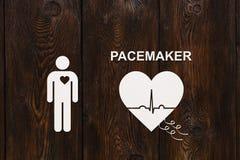 Forme de coeur avec l'échocardiogramme et le texte de STIMULATEUR Concept de cardiologie Image stock
