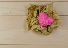 forme de coeur avec la boule de papier chiffonnée, concept de valentine Image stock