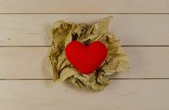 forme de coeur avec la boule de papier chiffonnée, concept de valentine Photo stock