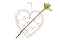 Forme de coeur avec la flèche rose de jaune Photographie stock