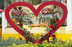 Forme de coeur avec la fleur rose Photographie stock