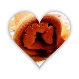 Forme de coeur avec le petit pain de gâteau mousseline en dedans Image stock
