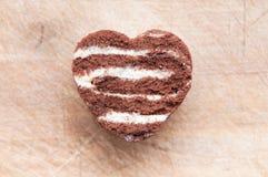 Forme de coeur d'amour de chocolat faite à partir du gâteau Images libres de droits