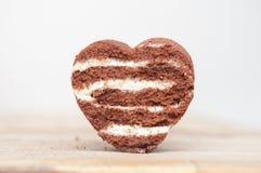 Forme de coeur d'amour de chocolat faite à partir du gâteau Photo stock