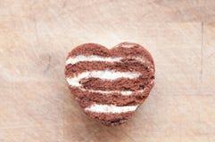 Forme de coeur d'amour de chocolat faite à partir du gâteau Image stock