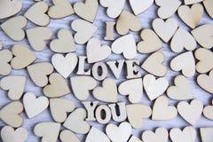 Forme de coeur d'arbre naturel Aimez le concept de thème avec les coeurs en bois pour le fond du ` s de Valentine et aimez le thè Photo libre de droits