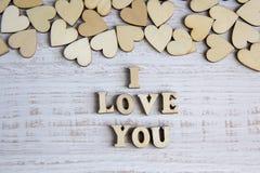 Forme de coeur d'arbre naturel Aimez le concept de thème avec les coeurs en bois pour le fond du ` s de Valentine et aimez le thè Images stock
