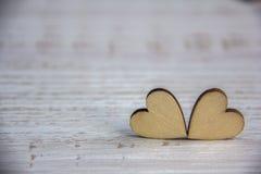 Forme de coeur d'arbre naturel Aimez le concept de thème avec les coeurs en bois pour le fond du ` s de Valentine et aimez le thè Image libre de droits