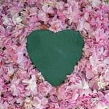 Forme de coeur d'ardoise avec la fleur rose Photographie stock libre de droits