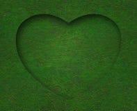Forme de coeur d'herbe verte avec le fond Photographie stock