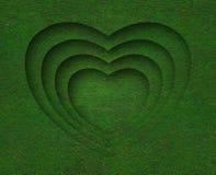 Forme de coeur d'herbe verte sur le fond d'herbe verte Photos libres de droits
