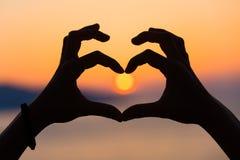 Forme de coeur dans le coucher du soleil Photo libre de droits