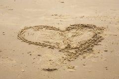 Forme de coeur dans le sable Photo stock