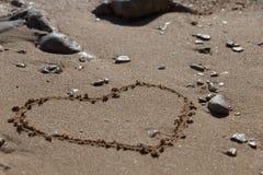 Forme de coeur dans le sable images libres de droits